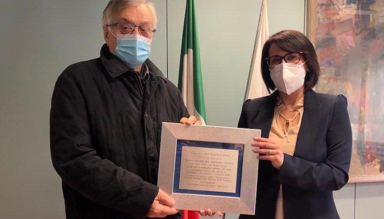 Emma Petitti premia Mario Lugli